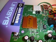 リンクシス(Linksys)社の ケーブル・モデム「BEFCMU10」のチップにヒートシンク(放熱板)を装着