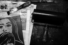 Un, dos, tres... grabando (Gustavo Olivera) Tags: blackandwhite bw byn blancoynegro buenosaires nikon arte negro cosas bn taller tinta herramientas grabado rodillo avellaneda casadelacultura espatula bygus nikond80 ltytr2 ltytr1 gustavoolivera serieescueladeartedeavellaneda