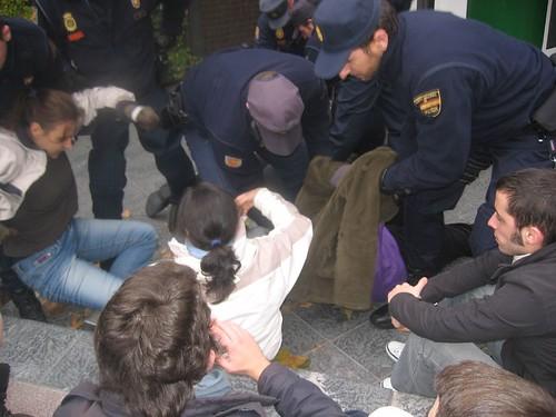 Policia maltratando a una ciudadana ¿Lo autorizó Rubalcaba?