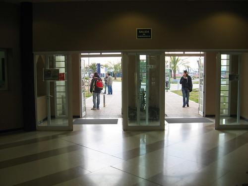 Derroche energético. Puertas Aulario Campus Rabanales abiertas en dia gelido Enero 2009
