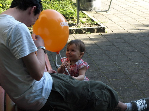 Yann and Isabella having fun with the balloon