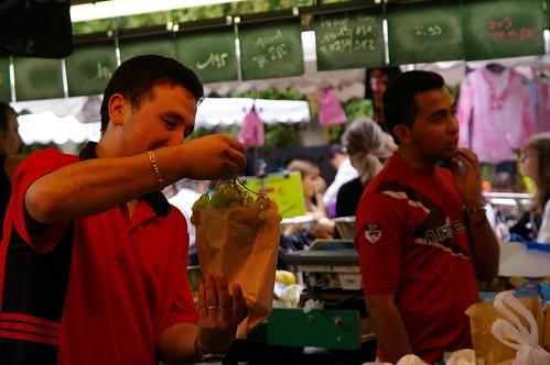 忙碌的菜市場06 - 菜販開心的裝進客人買的東西