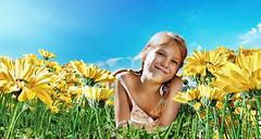 [フリー画像] [人物写真] [子供ポートレイト] [外国の子供] [少女/女の子] [花畑] [ブラジル人]     [フリー素材]