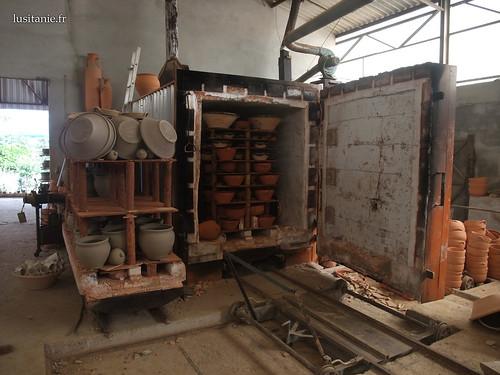 O forno é de grande capacidade, várias dezenas de objectos podem ser cozidas de uma vez.
