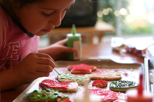 niña decorando galletas caseras