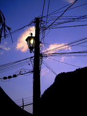 Farol (nicaprio) Tags: light sky cloud luz electric bulb atardecer dawn purple violet cable cables cielo electricity silueta farol crepusculo fofo nube cuernavaca violeta electrico alumbrado tepozotlan cablerio silouehtte dawncrepusculo