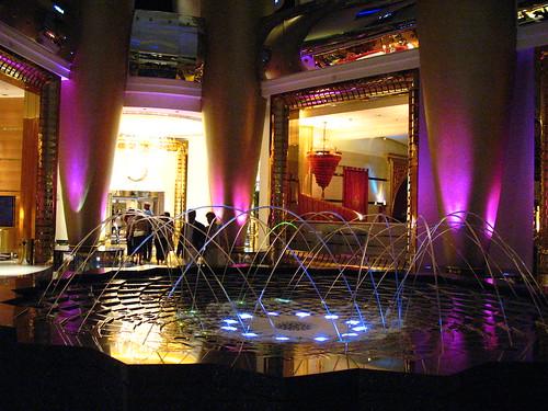 Una delle fontane interne dell'hotel a forma di vela