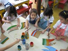 Alunos pintando as bandeirinhas