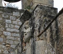 sobre la puerta una cabeza incrustada, esculpida en mármol, que fecha de la época romana.