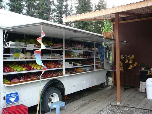 Fruteria ambulante no hay mucha fruta por la zona, mas o menos un dolar cada fruta o mas !!