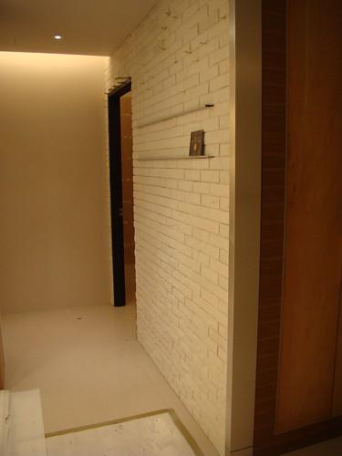 客廳通往房間的走道,牆上有兩列可陳放CD
