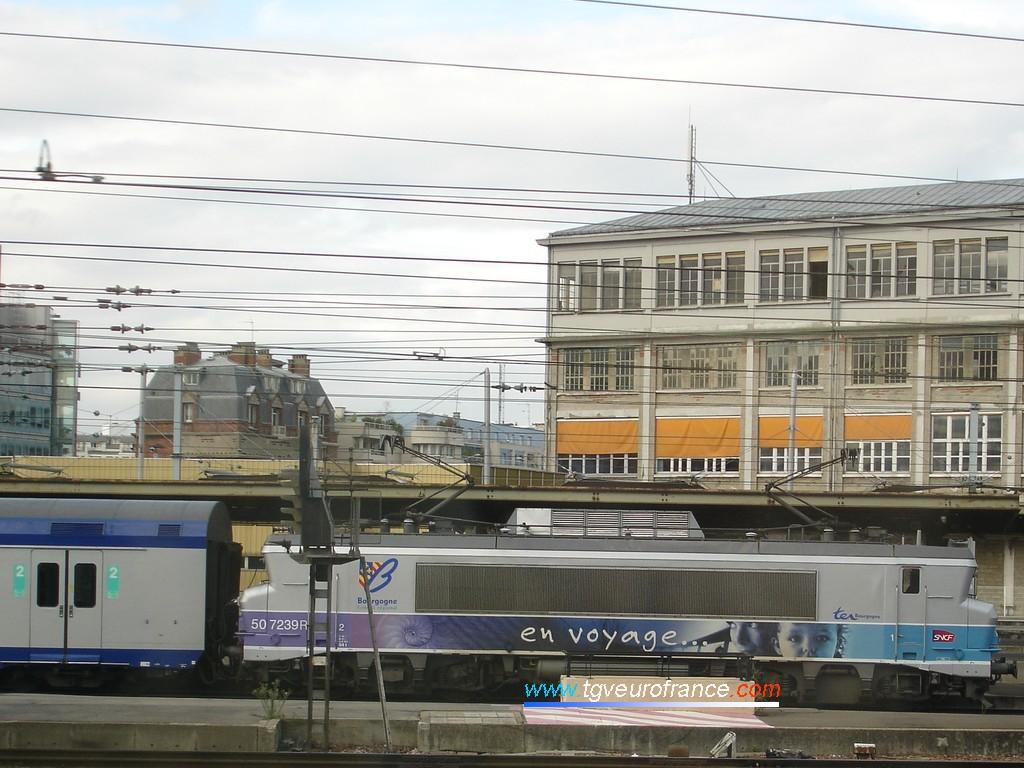 """Une locomotive électrique BB7200 SNCF réversible en livrée """"En voyage"""" et sa rame de voitures V2N à Paris Gare de Lyon"""