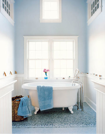 Bathroom design 'Borrowed Light' by Farrow & Ball: Nantucket beach house by Frank Roop
