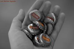Fim de semana...só começando! (Luiz Henrique Assunção) Tags: cutout eos 50mm 2008 brahma tampinhas 40d licassuncao