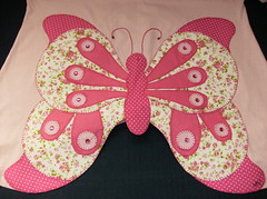 batinha rosa - costas (by Pathy) Tags: colors quilt borboleta patchwork borboletas algodo appliqu aplicao customizada customizao patchcolagem bordadosamo aplicaodetecido camisetascomaplicao tecidosestampados camisetascustomisadas batinhascustomisadas bypathy blusascomborboletasnascostas customizaoemblusas