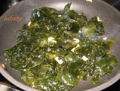Pescadilla con algas-sofreir algas