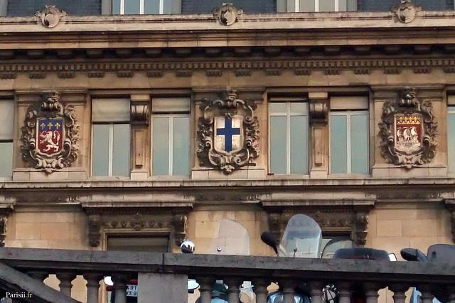 Les blasons en façade de la gare des principales villes desservies, de gauche à droite: Lyon, Marseille et Paris