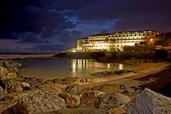 Ericeira Hotel by night (Fr Antunes) Tags: sunset pordosol sea praia beach portugal night canon eos hotel march mar rocks areia explore noite fr ericeira longaexposio mafra maro antunes rochas 400d ilustrarportugal srieouro frantunes