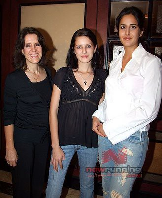 Isabel Kaif and Katrina Kaif posing for photo