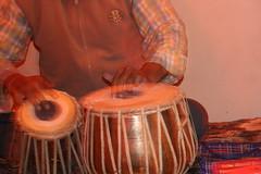 演奏中のインド太鼓(タブラー)