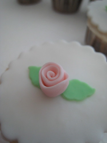 Flower wedding cupcakes6