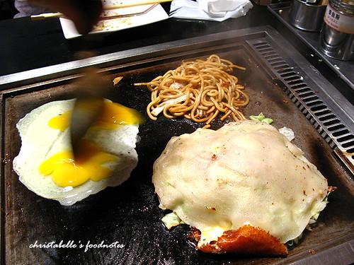 ten屋牛肉海鮮起司廣島燒製作中