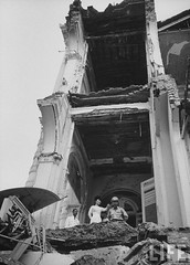 7-1962 Mrs. Dinh Nhu Ngo showing palace which was bombed in an attempt to kill her brother in law. par VIETNAM History in Pictures (1962-1963)