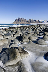 isole lofoten_026 (arcticroute.com) Tags: panorama mare ombre neve rocce inverno lofoten viaggio spiaggia norvegia vacanze oceano artico ghiaccio isolelofoten arcticroute