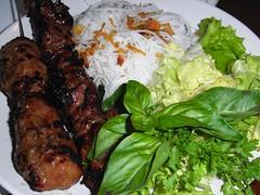 Bun Cha (Brochetas de Cerdo con Fideos de Arroz)