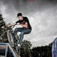 ~~ Desaxed World Cup Skateboard #10 ~~ (Julien Ratel ( Jll Jnsson )) Tags: sky lines bike sport grenoble canon jump bmx shoes cone contest competition battle flags skaters sneakers tokina event international skate baskets skateboard duel hugs dual rider fil competitor drapeaux bisous mogwa cnes 1224f4 40d superheroesofbmx adversaire julienratel julienratelphotography desax desaxworldcup