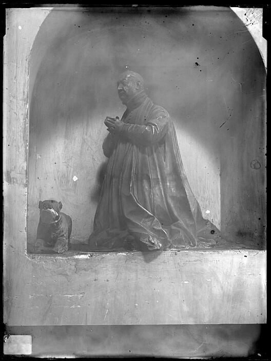 Escultura orante del sepulcro de Pedro Soto Cameno, inquisidor, en el convento de San Pedro Mártir. Fotografía de Casiano Alguacil a finales de siglo XX. Ayuntamiento de Toledo