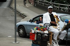 Street performer on Hawthorne-3.jpg