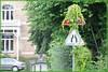 Danger: retrécissement, plantes envahissantes! (Philou Philou) Tags: roadsign panneaudesignalisation petiteshistoiressansparoles