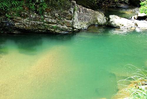 溪水被陽光照的五顏六色