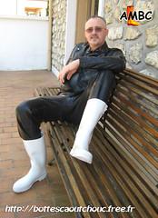En latex noir et bottes blanches (pascal en bottes) Tags: boots goma rubber latex wellies gummistiefel bottes botas gumboots gomma caoutchouc stivali