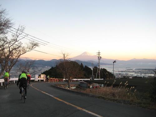 清水の街と駿河湾、富士山に見送られてスタート