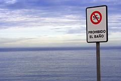 Incitación a la ilegalidad (Buñuelesco) Tags: españa canon eos mar gijón playa prohibido señal cantábrico canoneos350 playadelarbeyal