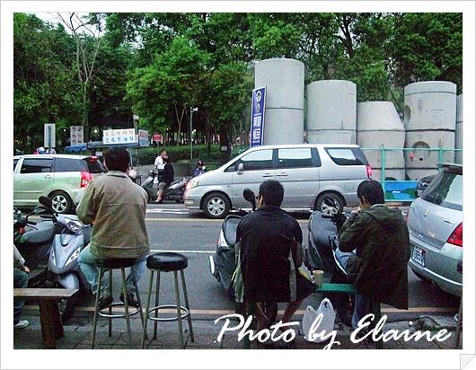 坐在外面喝咖啡的人客