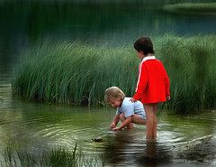 What are you doing  ? (Anna Pagnacco) Tags: lake playing water grass kids bravo candid southtyrol toblach annapagnacco