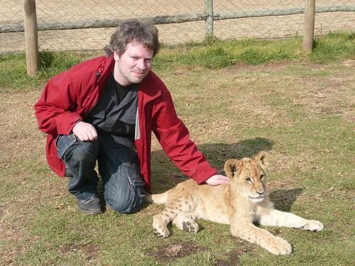 Dimitri aait een leeuwenwelp