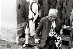 Visitante de la Iglesia (Rai 幻の光) Tags: camera old blackandwhite man art film church monochrome canon de guatemala iglesia rangefinder tomas canonet ql17 giii santo chichicastenango centralamerica efke centroamerica adox chs100