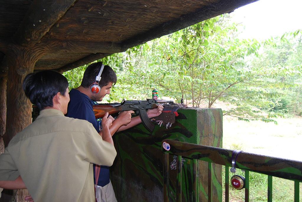 Pau disparando un AK-47 Kalashnikov