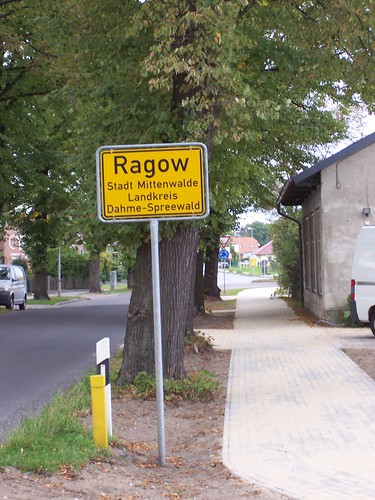 Ortseingangschild und Radweg