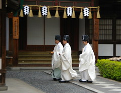 Tres sacerdots / Three priests (SBA73) Tags: white japan japanese kyoto shrine inari religion nippon kioto shinto kansai nihon kami fushimiinari jap priests robes santuario fushimi japn shintoism fushimiinaritaisha   sacerdotes santuari shintoismo kannushi mywinners japonesos shintoista shinshoku thechallengefactory sintoisme fushimiinaritaisga sacerdots oficiants