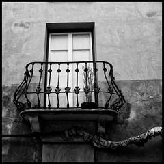 El balcn (joanpetrus) Tags: blackandwhite square explore squareformat bianco blanc nero negre biancoenero blancinegre 500x500 bsquare monochromia incoloro joanpetrus