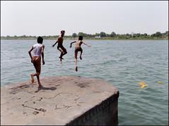 Fun Fun Fun (Christian Lagat) Tags: boy india jump grdigital saut garçon inde ghat narmada nageur madhyapradesh भारत maheshwar ricohgrd