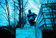 Sigmund (slimmer_jimmer) Tags: london statue xpro crossprocessed e200 sigmundfreud kodakektachromee200