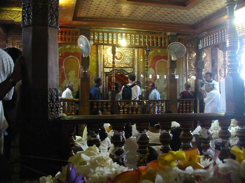 Offergaven en schrijn in de Temple of the Tooth in Kandy