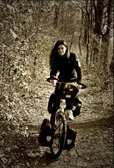 En el bosque probando mi nueva bici verde lima