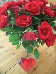 Rosen und ein Gummibärchenherz zu  unserem Jubiläum